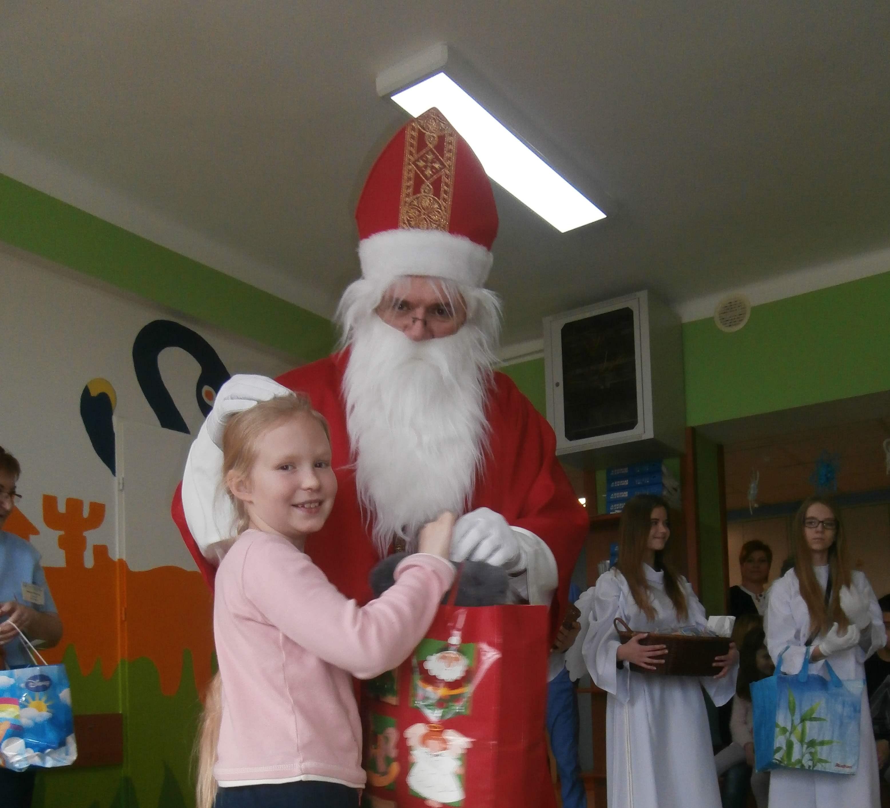 Św. Mikołaj odwiedził małych pacjentów w szpitalu.