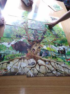 Zajęcia czytelnicze w oddziale dziecięcym brzeskiego szpitala - układanka drzewo