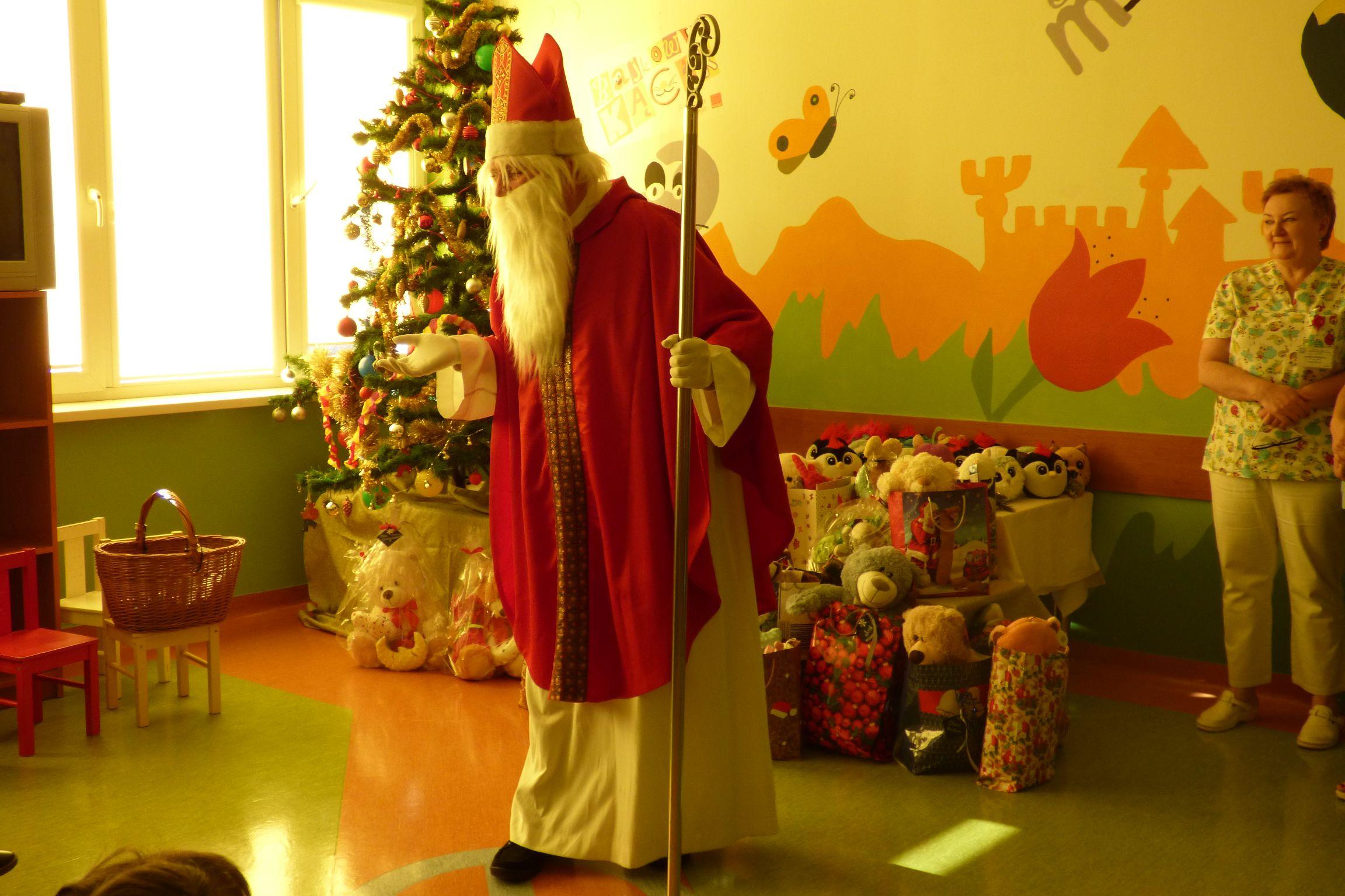 Spotkanie Świętego Mikołaja z małymi pacjentami