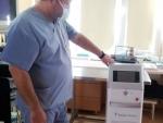 lekarza-kierujący-oddziałem-urologii-lek.-Marek-Niekurzak-w-gabinecie-zabiegowym-z-laserowym-generatorem-do-kruszenia-kamieni